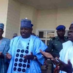 Sacked PDP Chairman, Sheriff Shares Money As Large Crowd Storms His Mansion (Photos)